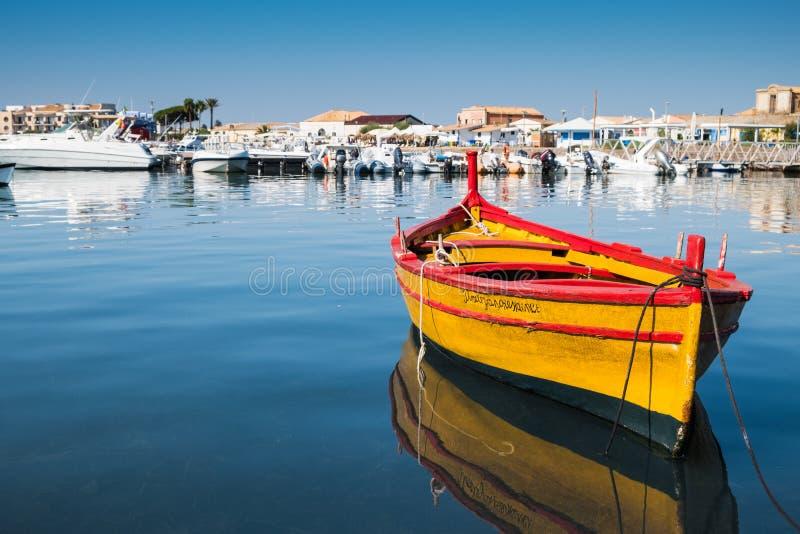 Een mooie gele boot in Marzamemi-haven, Sicilië royalty-vrije stock foto