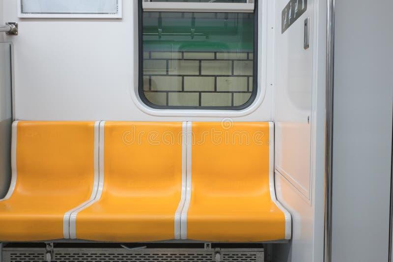 Een mooie gele metrostoel royalty-vrije stock afbeelding