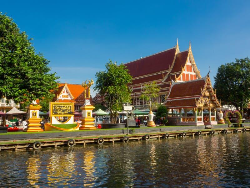 Een mooie gouden dak Boeddhistische Tempel dichtbij een kanaal stock afbeelding