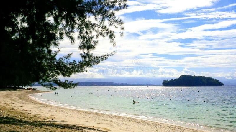 Een mooie, hete, zonnige dag bij een strand op Manukan-Eiland Sabah, Maleisië royalty-vrije stock foto