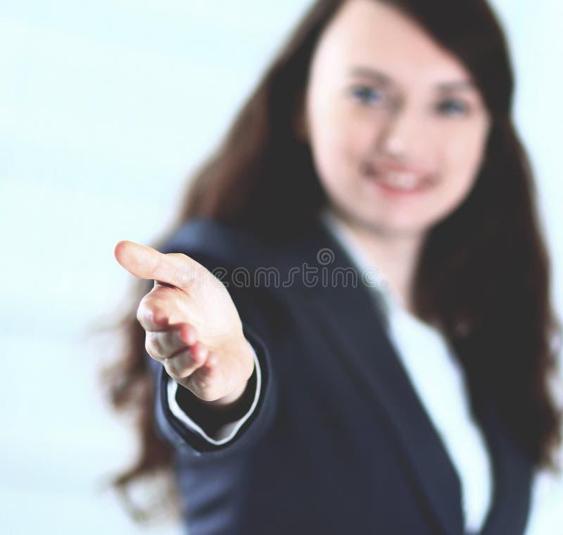 Een mooie jonge glimlachende bedrijfsvrouw, gelukkig en glimlachend, met een open hand klaar om een overeenkomst of het zeggen va royalty-vrije stock afbeeldingen