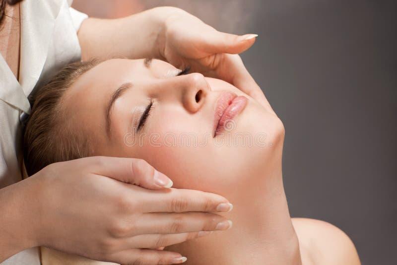 Een mooie jonge vrouw die een massage krijgt royalty-vrije stock foto's