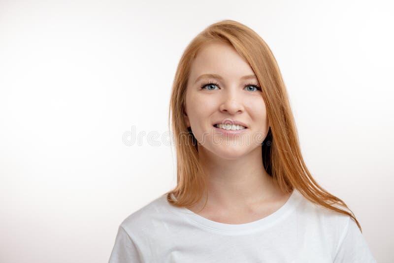 Een mooie, jonge, mooie vrouw is in goede stemming stock afbeelding