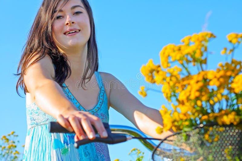 Een mooie, jonge vrouw op een fiets royalty-vrije stock fotografie