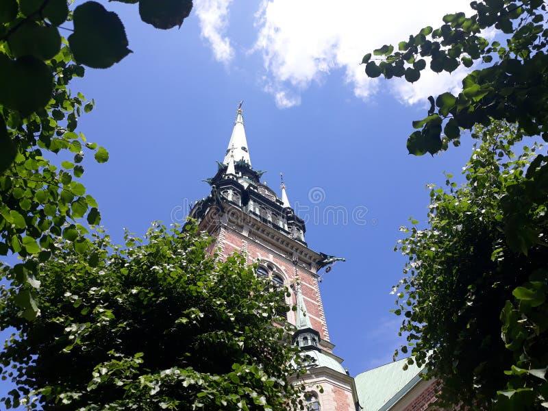 Een mooie kerk op een zonnige dag stock afbeeldingen