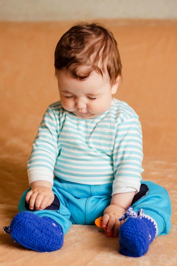 Een mooie kleine baby met blauwe ogen royalty-vrije stock fotografie