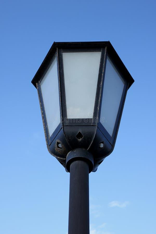 Een mooie lantaarn van kunstmatige verlichting in oude stijl kijkt die die tegen de achtergrond van hemel wordt geïsoleerd royalty-vrije stock foto