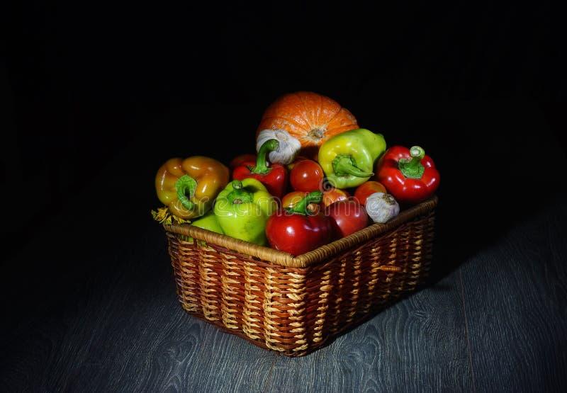 Een mooie mand met groenten, in geheimzinnige helft-licht vertelt ons: kijk wat heb ik, wat ik op u voorbereidde royalty-vrije stock foto