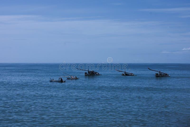 Een mooie mening aan de boten op het overzees stock afbeeldingen