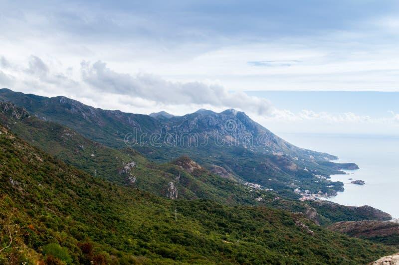 Een mooie mening aan de kustlijn van Budva-riviera en het eiland van Sveti Stefan, Montenegro royalty-vrije stock foto's