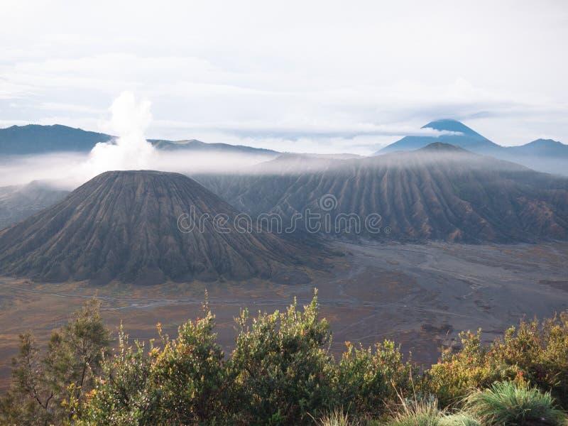 Een mooie mening in Bromo-berg stock foto