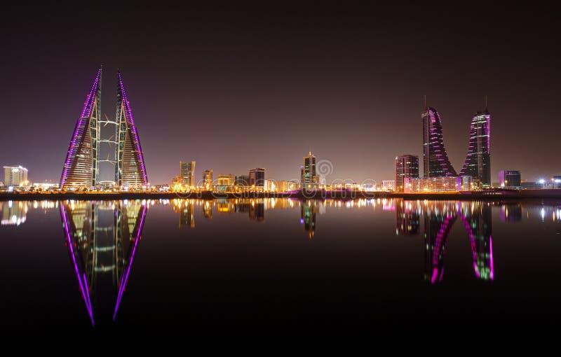 Een mooie mening van de horizon van Bahrein tijdens nacht stock fotografie