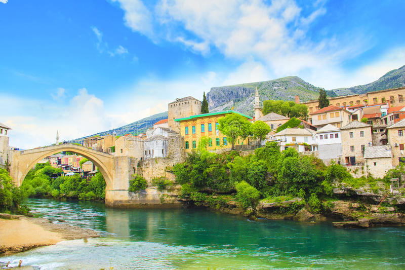 Een mooie mening van de oude brug over de Neretva-Rivier in Mostar, Bosnië-Herzegovina royalty-vrije stock foto's