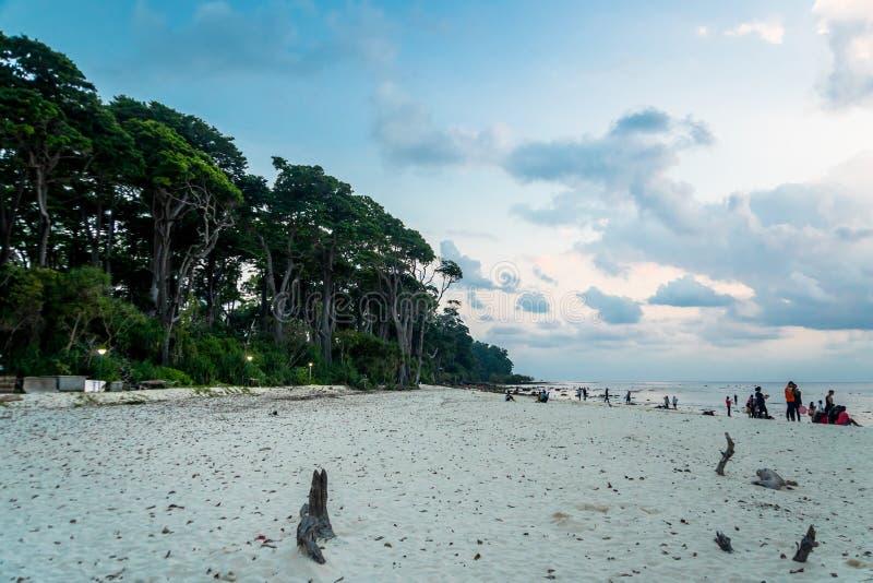 Een mooie mening van de zonsondergang van een kust bij het havelockeiland stock foto's