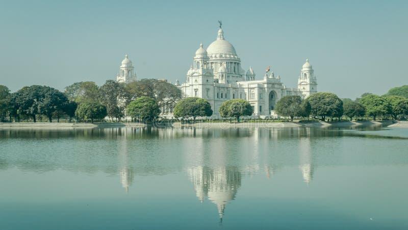 Een mooie mening van Victoria Memorial met bezinning over water, Kolkata, Calcutta, West-Bengalen, India royalty-vrije stock afbeeldingen