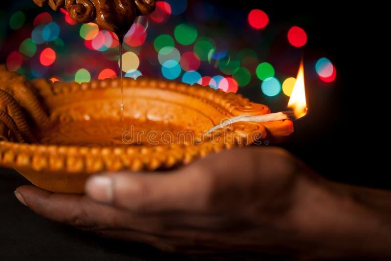 Een mooie Met de hand gemaakte Ontwerper Clay Lamp met het branden van wiek op hand royalty-vrije stock foto