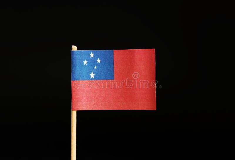 Een mooie nationale Vlag van Samoa op houten stok op zwarte achtergrond Een andere staat behoort tot Oceanië stock fotografie