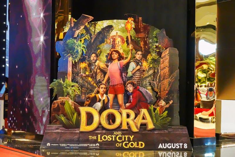 Een mooie rechtopstaande reiziger van een film riep Dora en de Verloren Stad van Gouden vertoning bij de bioskoop om de film te b stock afbeelding