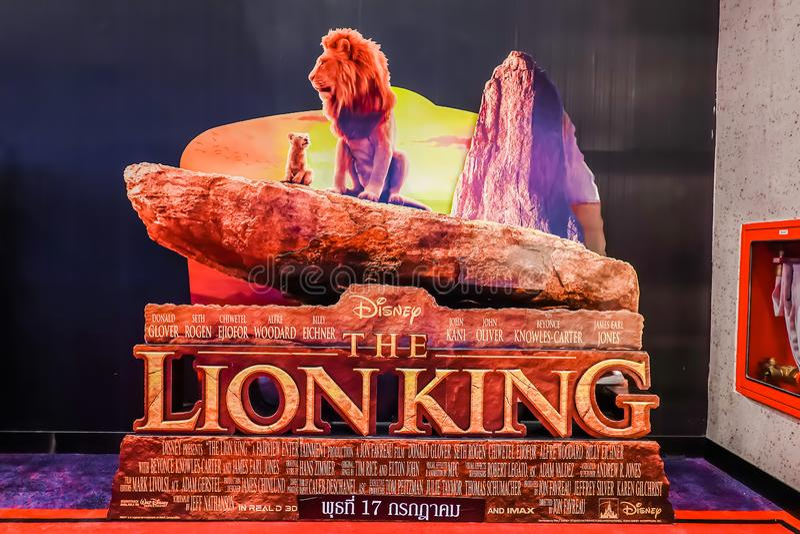 Een mooie rechtopstaande reiziger van een film riep Lion King-vertoning bij de bioskoop om de film te bevorderen stock fotografie
