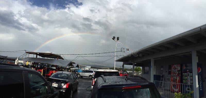 Een mooie regenboog en auto's stock foto