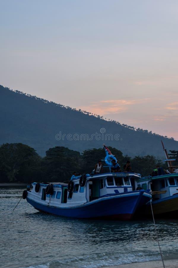 Een mooie romantische stad op de kust van sebesi Lampung, Indonesië, Azië In het midden van de stadstribunes de Bakauheni-Haven stock fotografie
