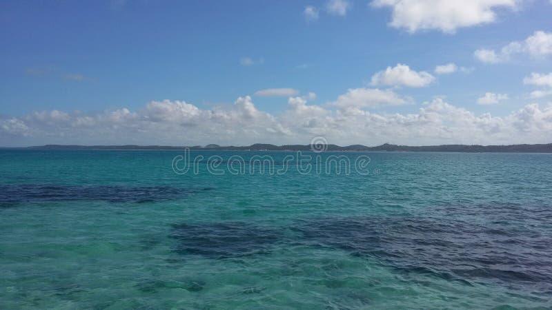Een mooie smaragdgroene overzees met schaduwen van koralen royalty-vrije stock foto's