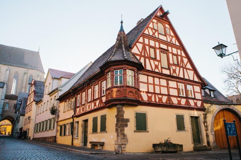 Een mooie straat met een traditioneel Duits huis in Rothenburg ob der Tauber in Duitsland Europese stad stock afbeelding
