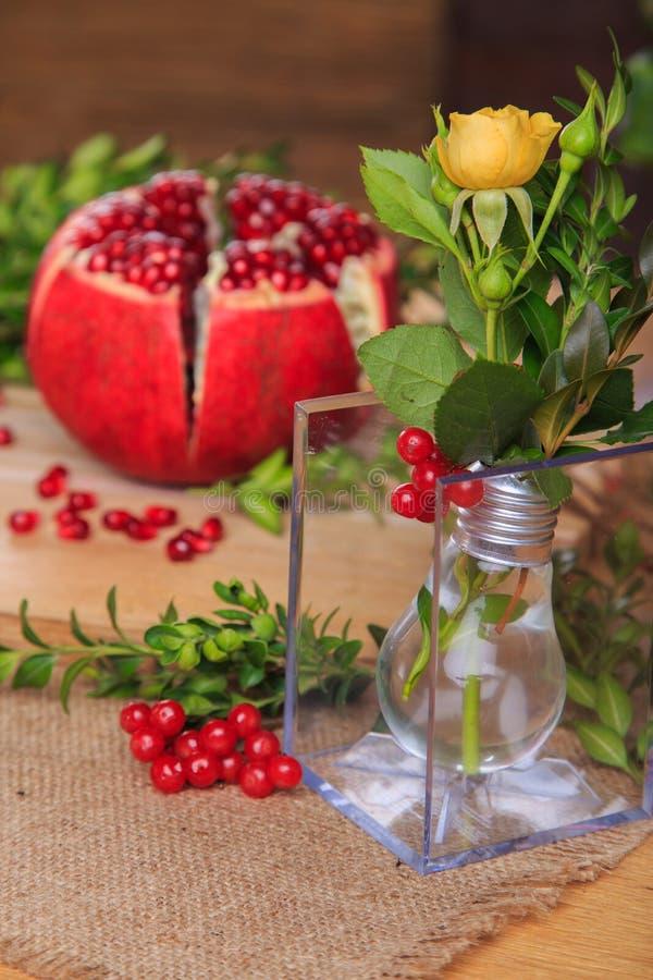 Een mooie tentoonstelling van bloemen en fruit stock afbeelding