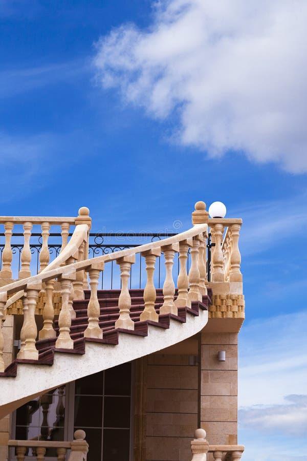 Een mooie trap die tot de hemel leiden royalty-vrije stock foto
