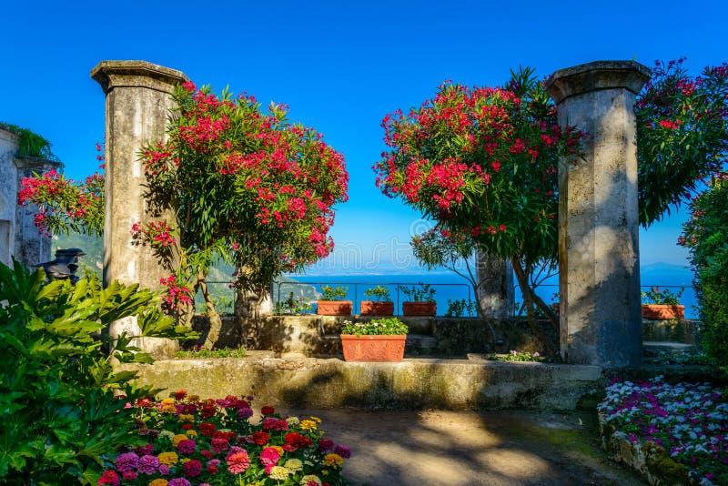 Een mooie tuin bij zonsondergang in Villa Rufolo, Ravello, Italië royalty-vrije stock foto's