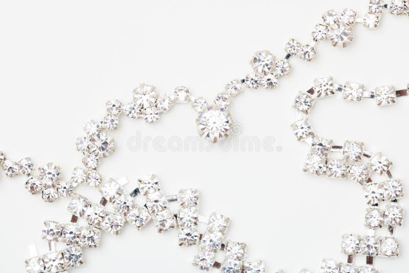 Een mooie van het diamanthalo en witgoud tegenhanger bengelt van een ketting Fijne Juwelenhalsband die op een wit wordt geïsoleer royalty-vrije stock foto's