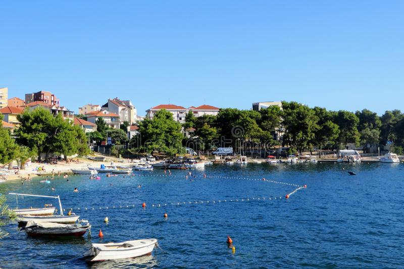 Een mooie verbazende mening van een strand op Otok Ciovo of Ciovo-eiland naast Trogir, Kroatië royalty-vrije stock afbeeldingen