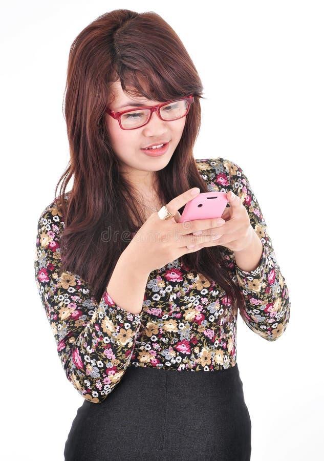 Een mooie vrouw die de telefoon spelen stock fotografie