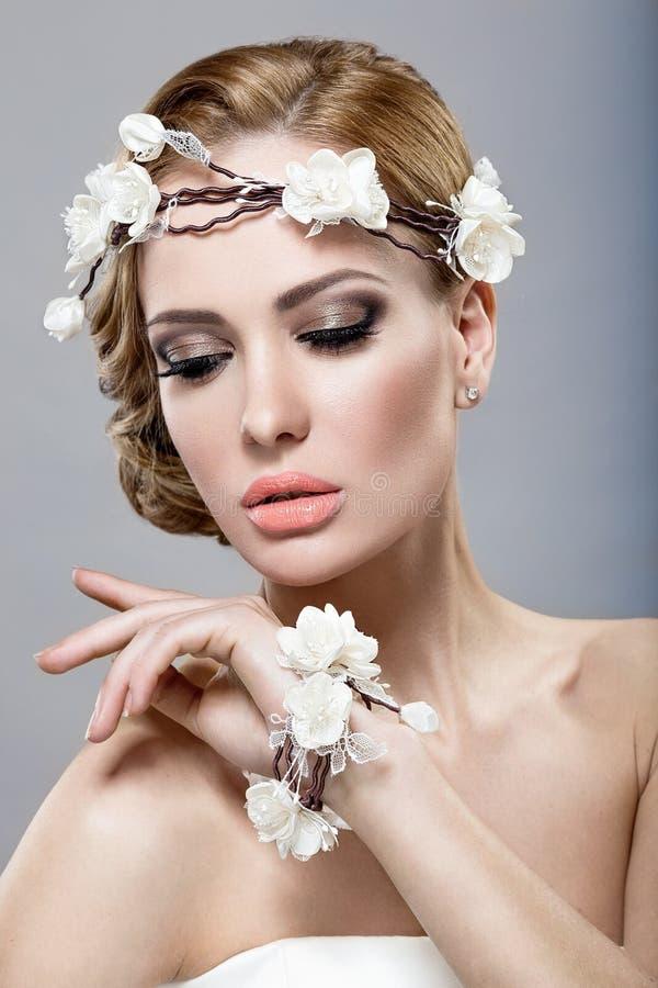 Een mooie vrouw met bloemen op haar hoofd stock afbeelding