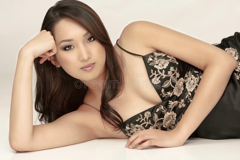 Een mooie vrouw met perfecte huid royalty-vrije stock afbeelding