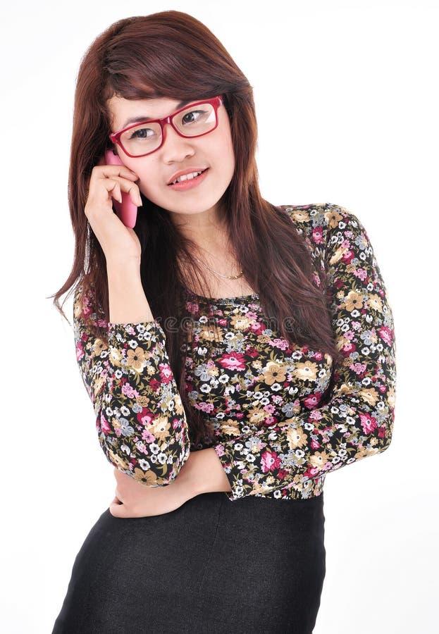 Een mooie vrouw op de telefoon stock foto