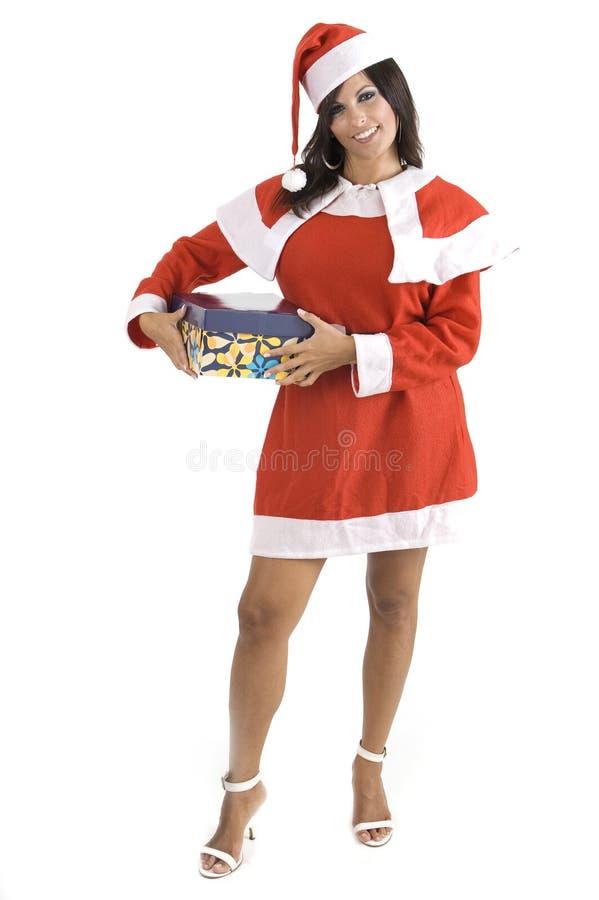 Een mooie vrouw van Claus bij Kerstmis die een gift B houdt stock foto's