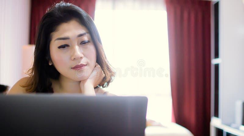 Een mooie vrouw zoekt op Internet stock afbeelding