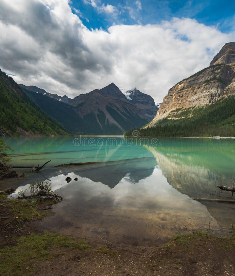 Een mooie weerspiegelende mening van Kenny Lake in MT Robson Provincial Park in Brits Colombia Canada royalty-vrije stock foto