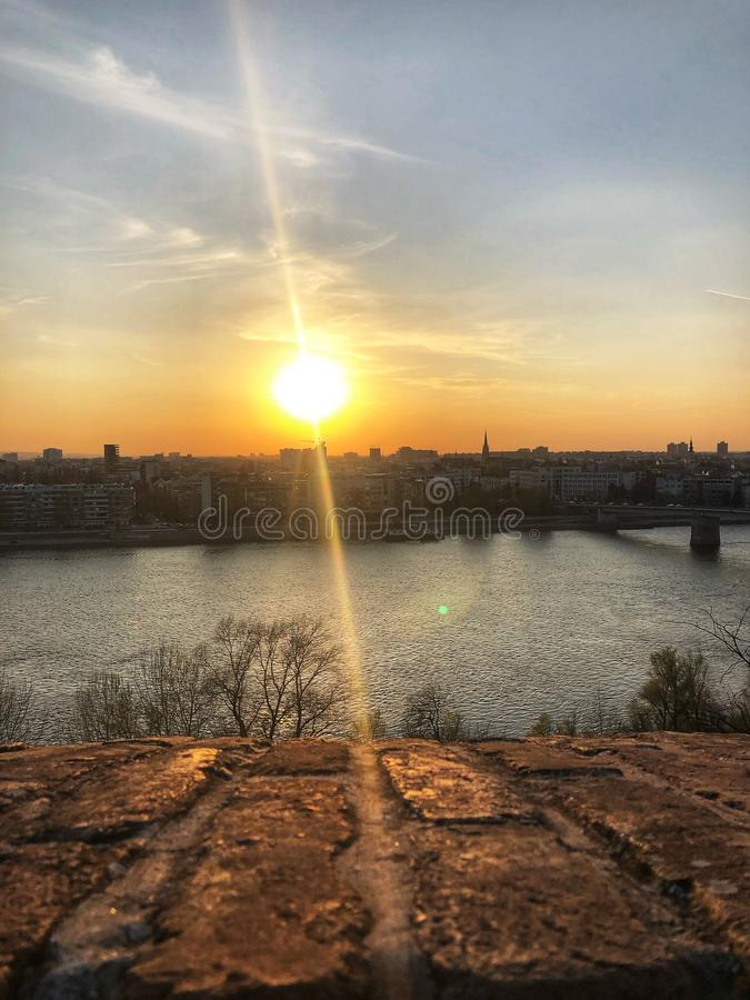 Een mooie zonsondergang dichtbij Donau royalty-vrije stock foto's