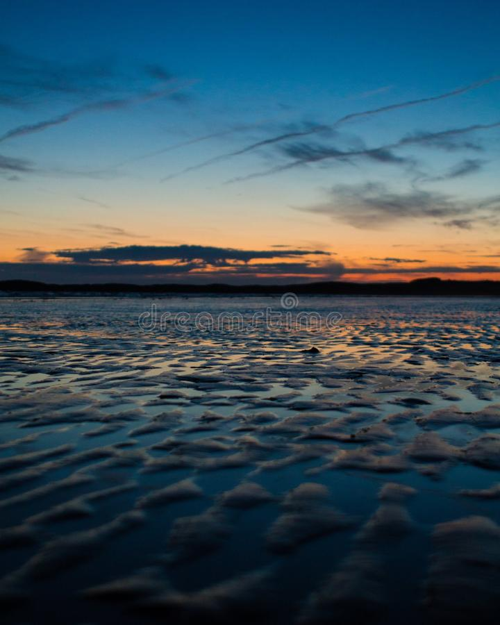 Een mooie zonsondergang door het overzees royalty-vrije stock fotografie