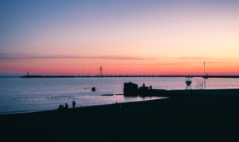 Een mooie zonsondergang in een kuststad royalty-vrije stock fotografie