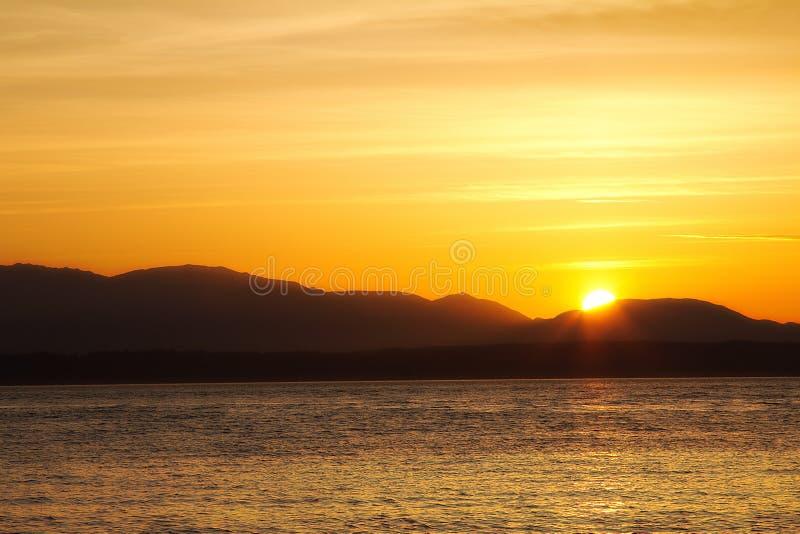 Een mooie zonsondergang schoot bij het Gouden Tuinenpark in Seattle, Washington de V.S. royalty-vrije stock afbeelding