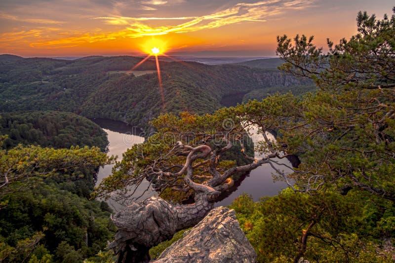 Een mooie zonsondergang in Vyhlidka Maj Viewpoint May Meander van de rivier Vltava Moldau in Centrale Bohemen dicht bij Praag, C royalty-vrije stock foto