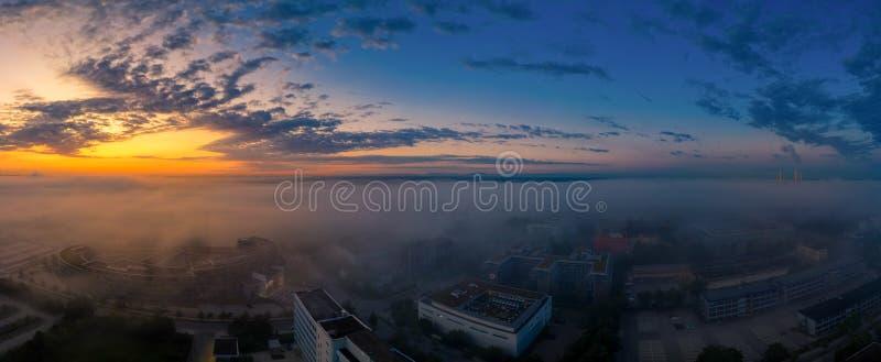 Een mooie zonsopgang als antenne met een totale mening over gebieden, bureaugebouwen en een meer stock foto's