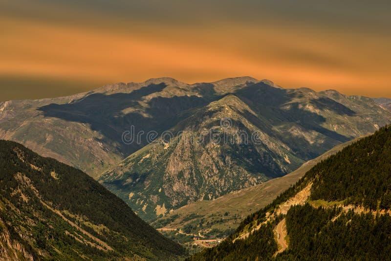 Een mooie zonsopgang over de berg van de Pyreneeën royalty-vrije stock foto