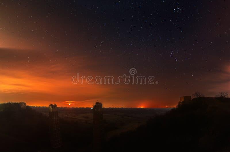 Een moonrise fotografie Een gevallen brug ruïneert landschap Sterrige hemelachtergrond stock foto's