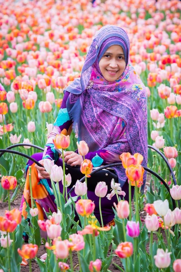 Een moslimvrouw met tulpenbloem tijdens de tulpenfestival van Ottawa royalty-vrije stock fotografie
