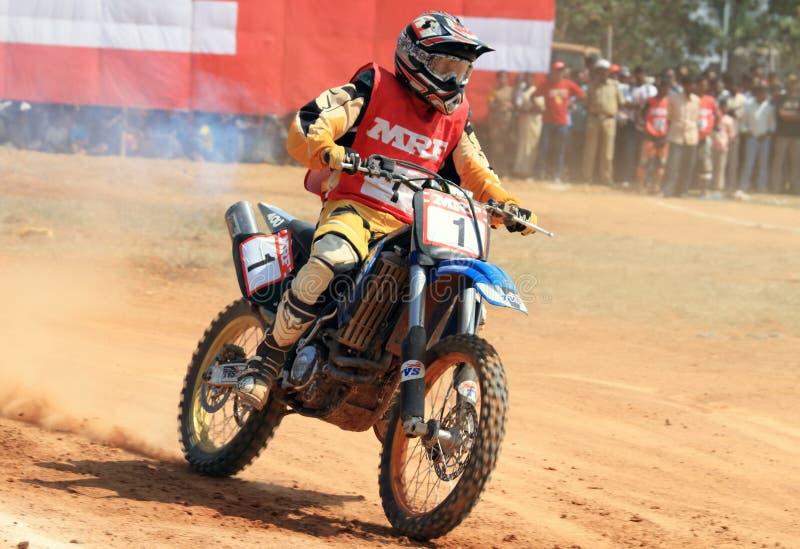 Een motocrossruiter die in een draai verzendt royalty-vrije stock afbeelding
