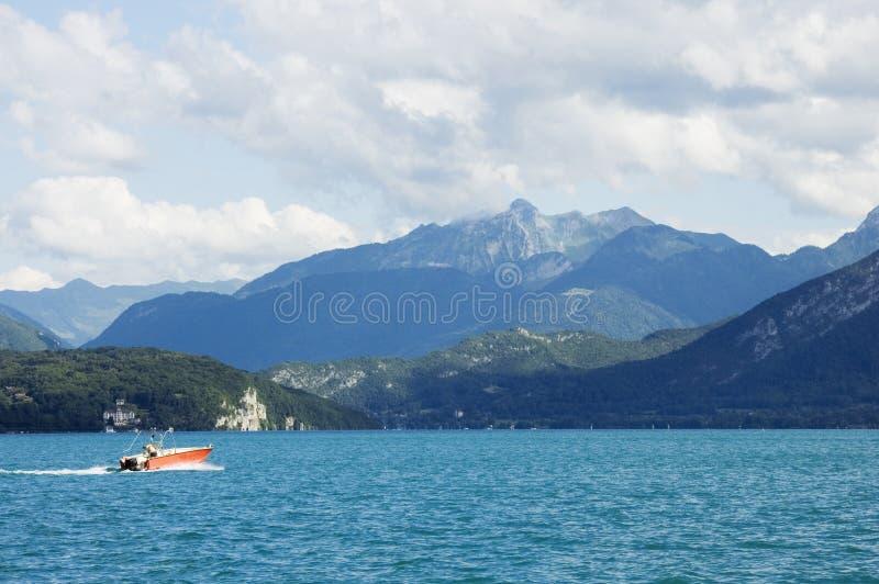 Een motorboot kruist het meer Annecy royalty-vrije stock fotografie